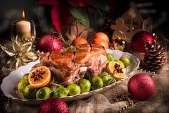Dîner de Noël avec des choux de bruxelles en sauce orange Images libres de droits