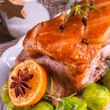 Dîner de Noël avec des choux de bruxelles en sauce orange Images stock