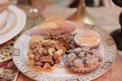 Dîner de Noël et manger de la nourriture délicieuse de vegan Photos stock