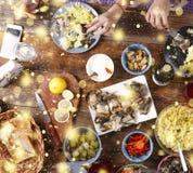 Dîner de Noël Flocons de neige d'or en baisse Encourage le dessus de la vue d'un dîner de Noël en bois bien servi de table avec l Images stock