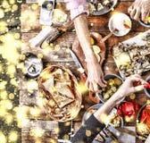 Dîner de Noël Flocons de neige d'or en baisse Encourage le dessus de la vue d'un dîner de Noël en bois bien servi de table avec l Photographie stock