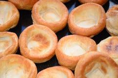 Dîner de Noël, puddings de Yorkshire faisant cuire au four dans le four Image libre de droits