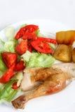 Dîner de poulet rôti avec de la salade photo stock