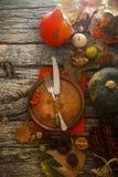 Dîner de thanksgiving sur le bois photos stock