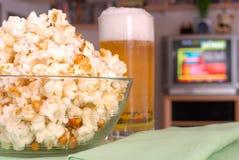 Dîner de TV, casse-croûte, maïs éclaté Image stock