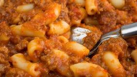 Dîner de TV de boeuf et de macaronis avec une cuillère Images stock