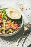 Dîner de Vegan avec l'avocat, les grains, les haricots et les légumes Photographie stock