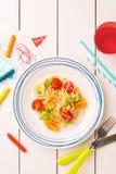 Dîner du repas de l'enfant - spaghetti avec les tomates-cerises et le basilic photos libres de droits
