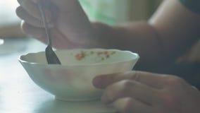 Dîner en gros plan de dîner de soupe chaude mangeuse d'hommes il y a de fumée de la nourriture savoureuse de mode de vie de bol d clips vidéos