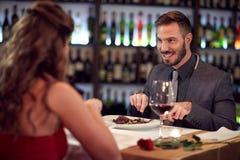 Dîner pour des couples dans le restaurant Image stock
