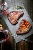 Dîner pour deux avec les biftecks et le vin rouge photos libres de droits