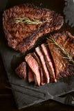 Dîner pour deux avec les biftecks et le vin rouge photo libre de droits