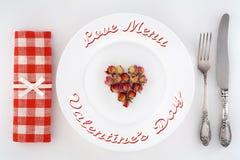 Dîner pour deux le jour de valentines Ajournez l'arrangement avec le coeur des roses d'un plat Photographie stock
