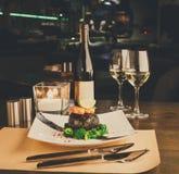 Dîner romantique au restaurant luxueux Filet de Dorado dans le nori W Image stock