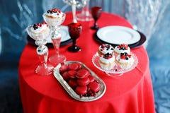 Dîner romantique avec des bougies et des verres de champagne pour le jour de valentines Image stock
