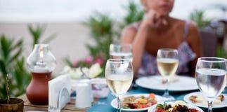 Dîner romantique avec du vin blanc Photo stock