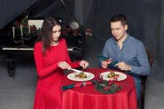 Dîner romantique, couple d'amour au restaurant de luxe photos stock