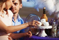 Dîner romantique d'amants dans un domaine de lavande Photographie stock libre de droits