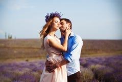 Dîner romantique d'amants dans un domaine de lavande Photos libres de droits