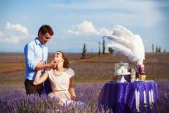 Dîner romantique d'amants dans un domaine de lavande Images libres de droits