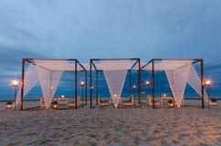 Dîner romantique d'installation sur la plage, temps crépusculaire Images stock