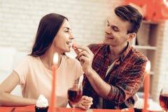 Dîner romantique de couples heureux au jour du ` s de Valentine photos stock