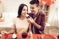 Dîner romantique de couples heureux au jour du ` s de Valentine photo stock