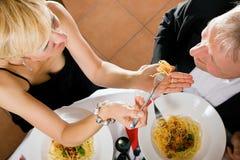 Dîner romantique de couples mûrs Photographie stock libre de droits