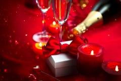 Dîner romantique de jour du ` s de Valentine datte Champagne, bougies et boîte-cadeau au-dessus de fond de vacances images stock