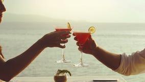 Dîner romantique sur la plage dans le restaurant de luxe clips vidéos