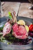 Dîner rustique savoureux des côtelettes et de la salade d'agneau Images stock