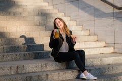 Dîner simple - la femme mange et boit extérieur Image libre de droits