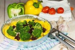 Dîner végétarien Polenta avec le brocoli et les tomates séchées au soleil photographie stock libre de droits