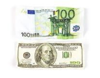 Dólar amarrotado das centenas contra o euro Foto de Stock
