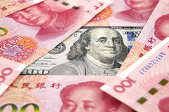 Dólar americano contra o yuan da porcelana foto de stock