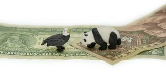 Dólar americano contra símbolos do conflito de China Yuan foto de stock royalty free