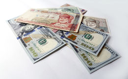 Dólar americano e Riyal omanense no fundo branco Imagem de Stock