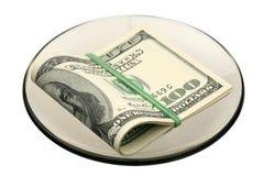 Dólar americano en un platillo imagen de archivo