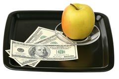 Dólar americano y manzana amarilla fotografía de archivo