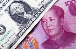 Dólar americano y yuan chino imagen de archivo