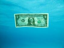 Dólar Bill subacuático Imagen de archivo libre de regalías