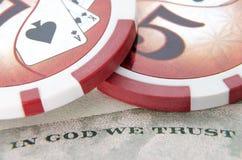 Dólar con las fichas de póker Foto de archivo