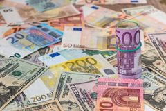 Dólar contra billetes de banco euro Fotos de archivo libres de regalías