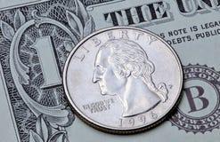 Dólar cuarto de la moneda de los E.E.U.U. en un billete de dólar Imagen de archivo