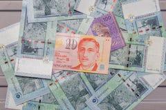 Dólar de Cingapura sobre a moeda do ringgit malaio no backgro fotografia de stock royalty free