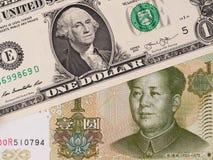 Dólar de EE. UU. y billetes de banco chinos del yuan, intercambio de moneda, dinero c Imagen de archivo libre de regalías