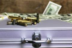 Dólar de la bala y del dinero en el caso de plata fotografía de archivo