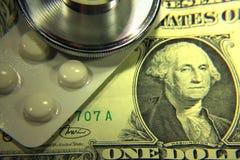 Dólar del estetoscopio, gasto en salud o ayuda económica Imágenes de archivo libres de regalías