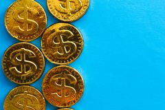 Dólar del oro en un fondo azul Concepto de monedas Fotos de archivo