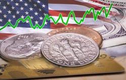 Dólar dinero: primer del collage de billetes de banco, de la tarjeta de las monedas y de la Línea Verde fotos de archivo libres de regalías